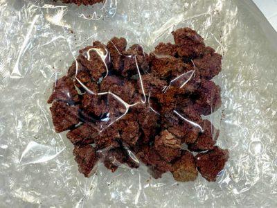 ジオ菓子「笠山火山スコリア」の試作品。石にしか見えない?!(1粒だけ本物が混じっています)