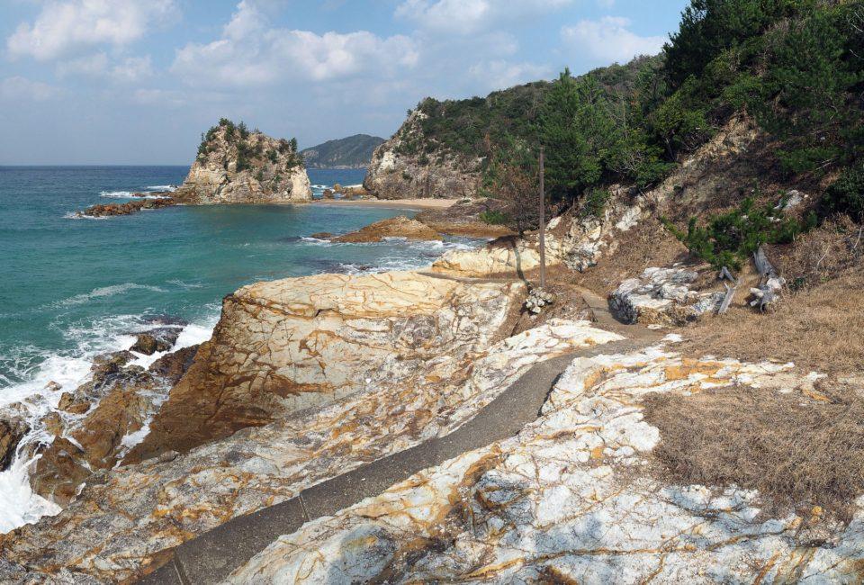 火砕流堆積物が広がる「湊海岸」