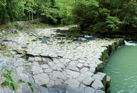溶岩が冷え固まるときにできたひび割れ(柱状節理)が見られる「畳ヶ淵」